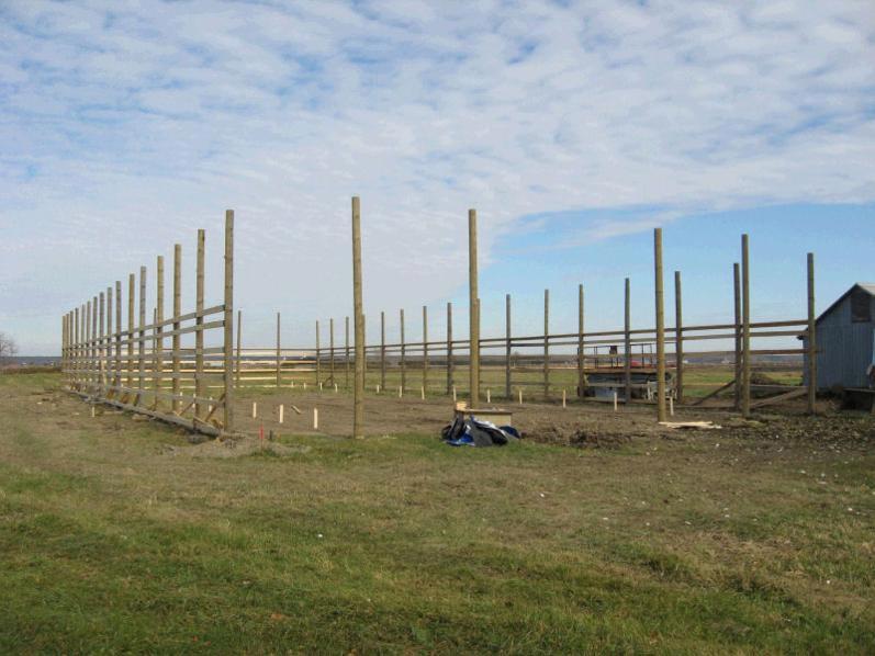 Installation de poteaux pour la construction d'une écurie à St-Clet par Laporte & Fils