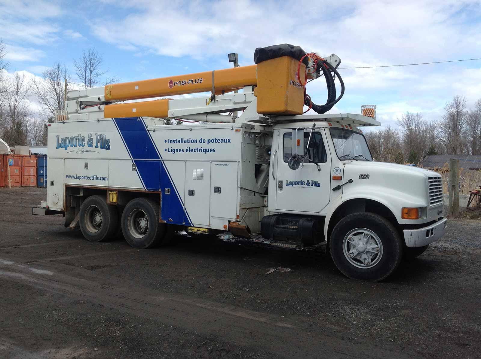 camion et équipement pour l'installation des poteaux - Laporte & Fils