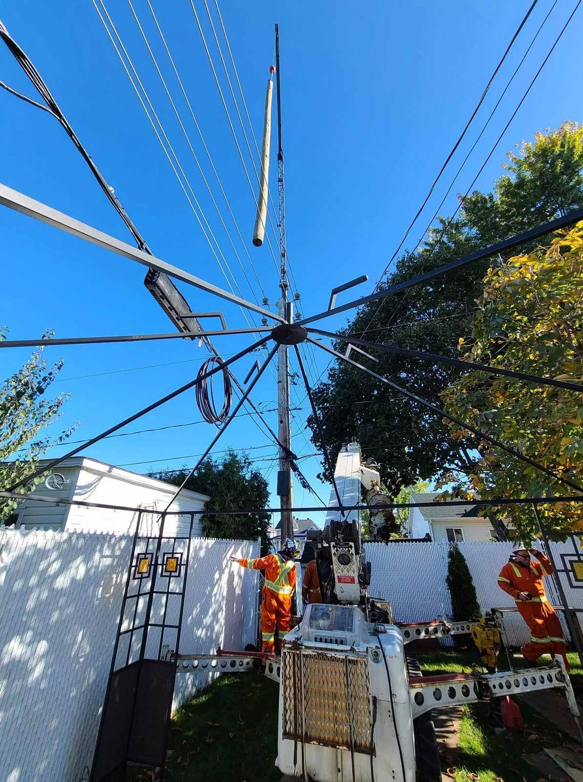 Installation de poteaux à Vaudreuil-Dorion l'aide d'une grue - Laporte & Fils