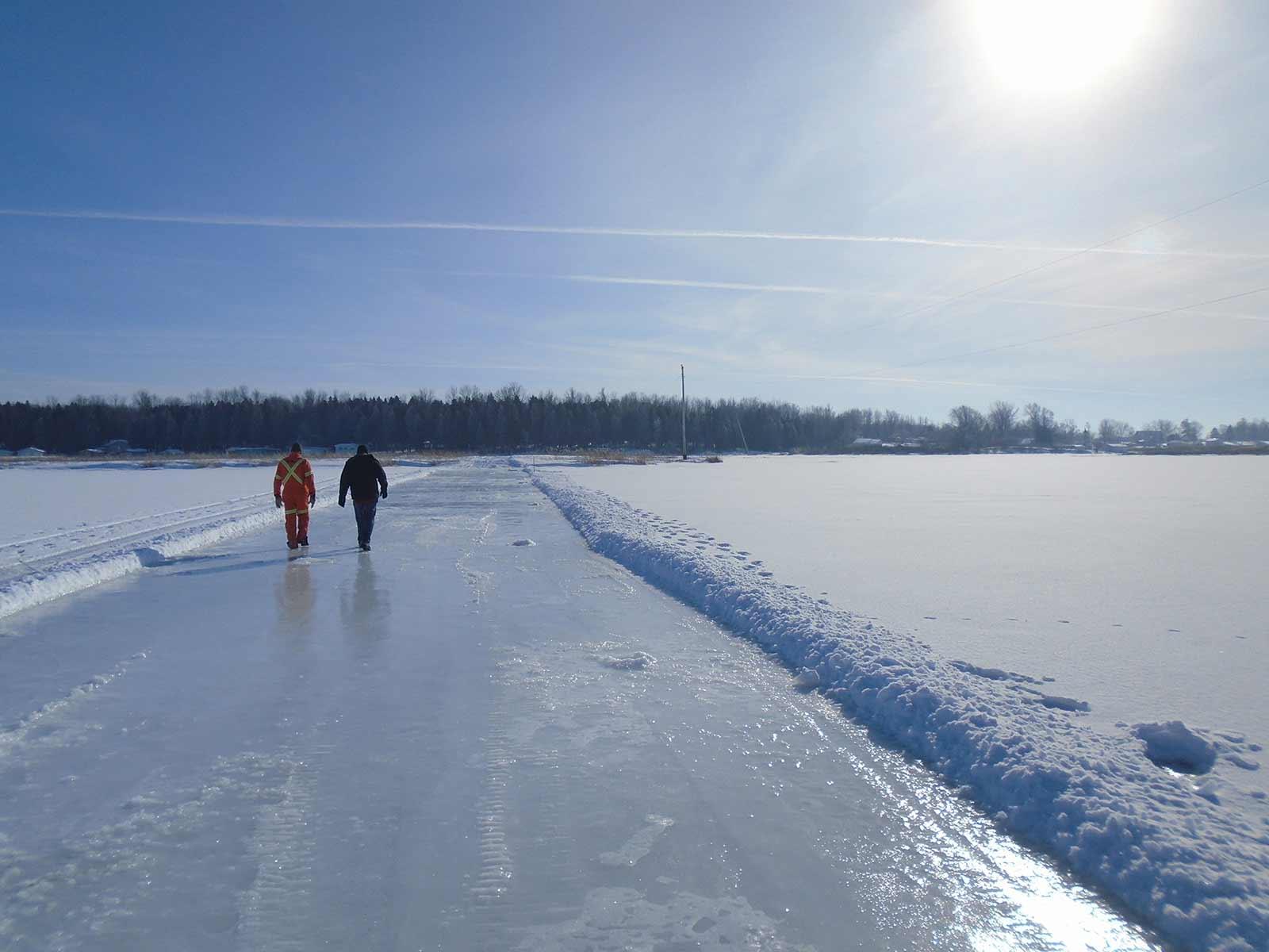 Création d'un pont de glace pour l'installation d'un poteau sur une île